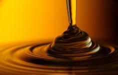 Recette masque hydratant Cheveux afro (bouclés, frisés et crépus)  1 c. à soupe de miel d'acacia 1 c. à soupe d'huile d'olive vierge extra 1/2 avocat 1 jaune d'œuf (facultatif) Quelques gouttes d'huile essentielle d'ylang ylang (facultatif)  Séparez vos cheveux en 5 sections. Appliquez votre masque sur chacune des sections. Recouvrez votre masque de cellophane. Laissez-le reposer une à deux heures sous une serviette chaude. Faites votre après-shampoing et votre shampoing (low-poo ou no-poo)