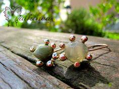 Sassolini, orecchini a monachella in bronzo con pietra naturale burattata