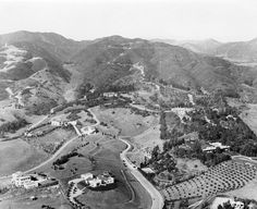 Beverly Hills in such as it were. To the left is Chaplin's Home for Wayward Girls, to the right Buster Keaton's Villa and Boozery, and up top-center, Pickfair. The rest were still in Whitley Heights. California History, Vintage California, Southern California, Golden Age Of Hollywood, In Hollywood, Vintage Hollywood, Cities, Monterey Ca, Los Angeles Neighborhoods
