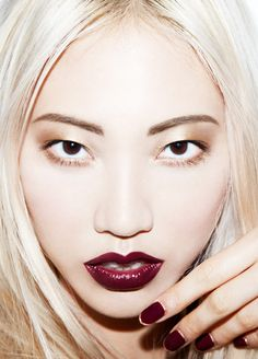 the perfect fall makeup and nails. crimson lips and shimmery gold eyes paired with a matching mani