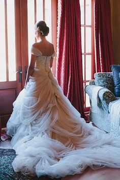 18 Must Take Photos Of Your Wedding Dress ❤ See more: http://www.weddingforward.com/must-take-photos-wedding-dress/