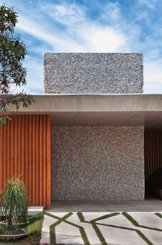 Uma casa sem muro, mas com brises e parede de mosaico - Casa