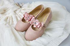 Una amplia selección de zapatos para comunión de niña. Bailarinas, merceditas, botas pascualas, todo lo que te puedas imaginar en Calzados Carrilé.