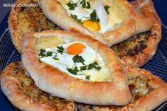 Eh oui encore une recette turque! C'est tellement bon et goûteux qu'on ne se lasse pas de cette cuisine si riche que j'ai plaisir à tester.Et je ne suis jamais déçue! Aujourd'hui c'est des pides turques: un pain moelleux en forme de barquette garni de...