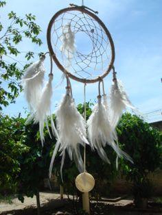 """""""White Bufalo"""" - Pte Sanwi Dreamcatcher ou Filtro dos Sonhos    Um dos meus trabalhos, inspirado na tradição indígena norte-americana. By Lu Azevedo - www.elo7.com.br/magiadaterra"""
