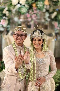 Pernikahan Adat Sunda dengan Nuansa Garden - {Casper & Me} Wedding Couple Poses, Couple Posing, Wedding Couples, Kebaya Wedding, Muslimah Wedding Dress, Javanese Wedding, Indonesian Wedding, Foto Wedding, Wedding Shoot