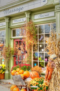 What a stunning way to decorate a storefront for autumn!
