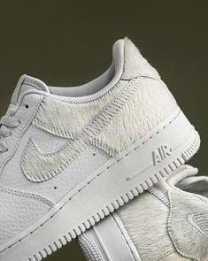 RELEASE 09:00 uur 🔥🔥 De Nike Air Force 1 Low 'Pony Hair', helemaal wit maar dan met een extra zachte twist. Het bovenwerk is van wit kiezelleer, maar de Swoosh en hak zijn voorzien van gebroken wit imitatiehaar als subtiel contrast. Het is allemaal zo zacht dat je je sneakers misschien eerst even wil aaien voor je liefdevol de veters strikt. Nike Air Force, Air Force 1, Pony Hair, Leather Cover, New Shoes, Smooth Leather, Nike Logo, Air Jordans, Sneakers Nike