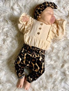 This super sweet set of Brown and Black Cheetah velvet leggings and Top Knot headbands is great for preemies, newborns, babies and toddlers! Each piece is flawlessly handmade, stylish for your baby and makes a great gift that anyone can be proud to give to a lucky mom and baby. #cutebabygirloutfit #preemieclothes #babychristmasoutfit #cominghomeoutfit
