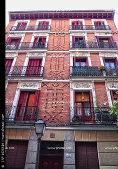 Edificios de Madrid, inmueble con fachada de ladrillo y cornisa