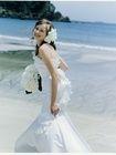 シンプルなマーメイドレスに同素材で作ったコーサージュとトレーンが海外挙式やリーゾートWのフォトツアーに良く合うドレス。胸元のプリーツ加工した...
