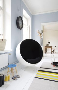 Ball Chair Ball Chair, a classic of the design history, was created by Finnish furniture designer Eero Aarnio in 1963 and even now it still leads by example in design. Cool Furniture, Modern Furniture, Furniture Design, Chair Design, Pink Desk Chair, Bubble Chair, Navy Blue Living Room, Ball Chair, Eames Chairs