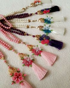 This post was discovered by TC Cross Stitch Embroidery, Embroidery Patterns, Hand Embroidery, Crochet Flower Tutorial, Crochet Flowers, Diy Crafts Necklaces, Rakhi Design, Needle Lace, Photo Craft