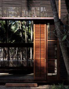 Proyecto de Studio Mumbai Architects. Localizada a las afueras de Mumbai, en el Mar Arábigo, la Casa Palmyra (Palmyra House) está concebida y construida como un refugio. La vivienda consiste en dos volúmenes de madera insertados en una explotación de cocoteros.   Fotografías: Studio MumbaiyHelene Binet Planos:Studio Mumbai COMPARTIR: TWITTER, FACEBOOK, PINTEREST