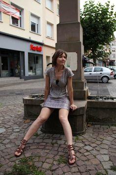 robe nuisette satin Etam lingerie cachemire devant la fontaine place du marché, Sarreguemines
