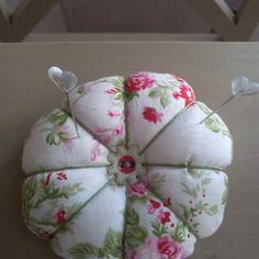 Pique aiguilles forme de fleur tissu fleuri