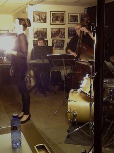 El fet d'haver cantat amb la Big Band del CSMV a l'Auditori Joaquín Rodrigo de Sagunt va possibilitar donar a conéixer el que féiem i, així, que ens invitaren a aquest concert a la Cafeteria de la Lira Saguntina. Molt contents del tracte rebut i també del fet que una societat musical done suport a iniciatives jazzeres. Enhorabona! (Lira Saguntina, Sagunt, 18-12-2014)
