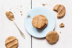 Hunajaiset maapähkinävoikeksit  2 dl maapähkinävoita (pehmeää, sulata hieman tarvittaessa)  1 dl gluteenittomia kaurahiutaleita  4 rkl kotimaista juoksevaa hunajaa  1 tl leivinjauhetta  1 kananmuna  halutessa mausteeksi esim. kanelia, vaniljaa tai kardemummaa  Sekoita pähkinävoi, kaurahiutaleet, hunaja ja leivinjauhe kulhossa sekaisin. Tarkista maku ja lisää halutessasi makeutusta. Vatkaa kananmuna kevyesti vaahdoksi toisessa kulhossa. Lisää muun taikinan sekaan ja sekoita. Paista 175C 8min