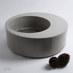 Poured with a blend of fine powder Portand cement and volcanic ash.lighter than standard concrete Cement Art, Concrete Crafts, Concrete Projects, Paint Cement, Diy Concrete Planters, Diy Planters, Modern Planters, Succulent Planters, Succulents Garden
