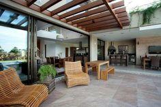 protection solaire avec une pergola en bois et meubles tout confort table à manger et banc