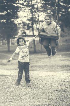 Proverbios 17:17 Un amigo es siempre leal, y un hermano nace para ayudar en tiempo de necesidad.