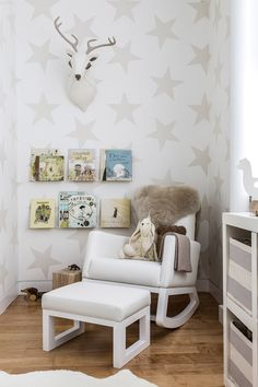 "Adore the ""Lucky Star"" wallpaper and the amazing textures in this neutral, white nursery from @sissyandmarley! #nursery #genderneutral"