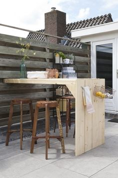 bartafel met krukken onder afdak. Dan wel plaats voor 6p .. Inca barkrukken - WOOOD - Basiclabel.nl