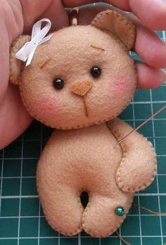 Ursa pocket Christmas Elf Doll, Christmas Ornaments To Make, Felt Ornaments, Bear Felt, Felt Baby, Felt Animal Patterns, Bunny Painting, Felt Crafts Diy, Sock Dolls
