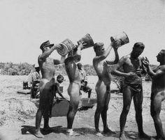 Al fresco shower time for five men of the German Africa Corps. Retro Men, Vintage Men, Old Photos, Vintage Photos, North Africa, Vintage Photography, Sexy Men, The Past, Poses
