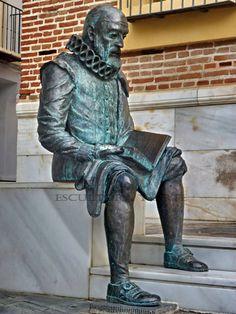 Escultura de Miguel de Cervantes frente al Palacio del Marques de Beniel, Vélez-Málaga, España.