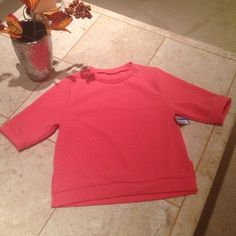 Coral Crop Top Beautiful coral crop top, with the tag still on!! If you want to wear it as a crop top, it's a size S, or M. If you want your belly button covered, you can be a size XS. Material stretches. Tops Crop Tops