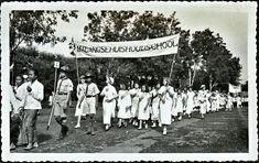 Schoolkinderen van de Malangse huishoudschool paraderen tijdens de Oranjefeesten in Malang - Januari 1937. Malang, Dolores Park, Travel, Viajes, Destinations, Traveling, Trips