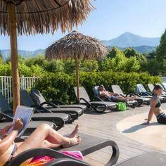 30 bains de soleil sont à disposition au bord de la piscine
