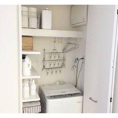 洗濯機上も活用次第で収納スペースになります。ラックを置くより安価で使い勝手がいい『突っ張り棒』は、1本あるだけで活用術がいっぱい!洗濯機のふたを開けた時の高さをみて突っ張りましょう。