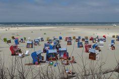 Bunte Strandkörbe am Sandstrand von Juist.