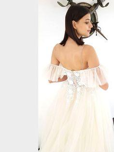 Traumhaftes Brautkleid mit tiefem V-Neck, tiefem Rückenausschnitt und Spitzenapplikationen auf dem Oberteil. Cold Shoulder Dress, Dresses, Fashion, La Mode, Bridal Gown, Curve Dresses, Gowns, Moda, Dress
