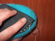 На износ валяных тапочек влияет много факторов. Это интенсивность их нОски, покрытие пола, вес и походка человека. Ну и конечно, качество войлока и подошвы. Без подошвы тапочки могут скользить по ламинату или паркету и протираться на коврах или на шершавых поверхностях. Я предпочитаю пришивать подошву из натуральной кожи. Не хочется к тапочкам, сваляным вручную из шерсти прикреплять подошву из синтетических материалов.