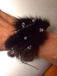 La fourrure est chaude à cet automne. Vous pouvez compléter votre garde-robe avec cette main, brassard large vison. Chaîne à billes en acier est tissé à la main mises des oeillets sur la fourrure. Cristaux Swarovski Aurora Borealis balancent délicatement le long de la vison. Ce bracelet magnifique, unique suivra u des jeans, robe de soirée et semaine de vélo à cocktails