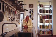 料理本が並んだシェルビング・システムは意外な場所に。コンプレスト式なら窓を背にして設置することができます。