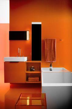 salle de bain colorée avec peinture murale orange, meuble sous-vasque orange et sanitaire blanc