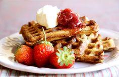 Uma receita nutritiva de waffle, irresistível e acompanhada de cream cheese e calda de morango. Confiram essa e outras receitas de waffle no DigaMaria.
