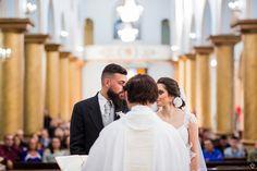 noivos trocam olhares durante a cerimonia na igreja