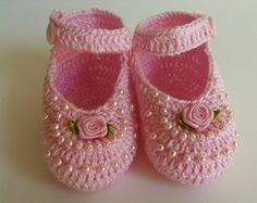 Crochet Child Booties pink sandal with pearls and mine rosinha Crochet Baby Booties Supply : sandália rosa com pérolas e mine rosinha. Knit Baby Shoes, Crochet Baby Boots, Crochet Baby Sandals, Booties Crochet, Baby Girl Crochet, Crochet Shoes, Baby Girl Shoes, Crochet Slippers, Love Crochet