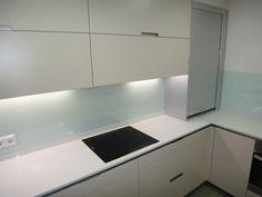 cocina SANTOS modelo minos-e color arena con sobre de silestone blanco norte y paredes en vidrio laminado 5+5 By SMSTUDIO