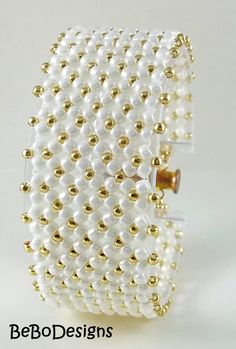 Ciniglia piatto seme perline tessute Cuff Bracelet - bianco e oro perle
