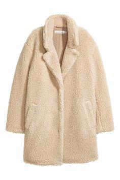 La chaqueta de peluche de H&M que 'abriga' los mejores looks de Instagram