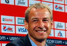"""Zu Beginn war die Euphorie groß: Im Sommer 2011 wird Klinsmann als neuer Trainer der USA vorgestellt. Der heute 51-Jährige versprach damals, einen """"amerikanischen Fußball"""" prägen zu wollen. Die Spielweise europäischer Top-Klubs und Nationalteams sollte dabei das Vorbild sein. Der Verband hoffte auf eine erfolgreiche Zukunft, heute ist die anfängliche Euphorie längst verschwunden."""