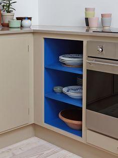 Studio Kitchenette, Küchen Design, House Design, La Croix Valmer, Open Shelving, Shelves, Gloss Kitchen Cabinets, Interior Architecture, Interior Design