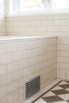 Cremefärgat badrum med inbyggt badkar - Inspiration: Byggfabriken – modern byggnadsvård
