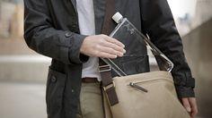 Uma garrafa de água flat, mais adequada para carregar na mochila